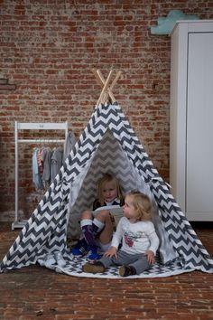 Stwórz wymarzoną przestrzeń do zabawy dla swojego dziecka. Namiot tipi można umieścić w dowolnym miejscu w domu. Szaro-białe zygzaki idealnie pasują do pokoju dziecka lub salonu.  W namiocie tipi Twoje dziecko może być kimkolwiek zechce :) Możesz udekorować namiot zabaw poduszkami i światłem, aby stworzyć przytulne miejsce do czytania lub odpoczynku. Dzięki figlarnemu charakterowi z pewnością przyciągnie wzrok w pokoju. My Sunshine, Grey And White, Toddler Bed, Tipi Tent, Room, Furniture, Design, Home Decor, Nursery