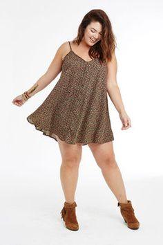 Plus Size Fashion // Ditzy Daisy Days Swing Dress ★