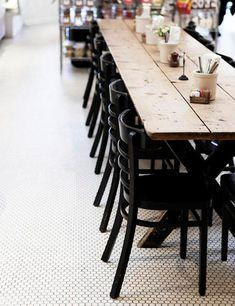 Solução para sala de jantar estreita? Mesa estreita! E fica lindo, vem ver! // + em casaecozinha.com :-)