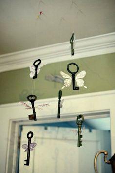 Мобиль «Бабочки», который очень легко сделать из старинных ключей и бумаги.