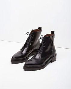 Неудобные шпильки, надоевшие лоферы, сапоги, которые вечно жмут… Предлагаем на время забыть о них и обратить внимание на черные байкерские ботинки — must have текущего сезона.