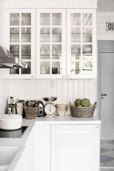 Köksstommen är från Ikea men har byggts in med pärlspont för att få ett mer gediget intryck. Knopparna är från Nacka byggnadsvård.