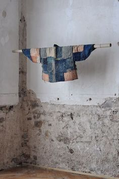 Boro, the patchwork textiles worn by Japanese peasants Japanese Patchwork, Japanese Quilts, Japanese Textiles, Japanese Fabric, Shibori, Boro Stitching, Diy Vetement, Indigo Dye, Japanese Design