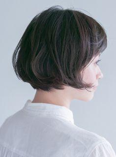 前下がりのグラデーションボブに毛先だけワンカールのパーマをプラス。軽やかな表情になれます。そして短い前髪を作って全体の印象を爽やかにします。