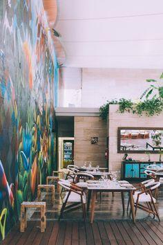 Decoração perfeita para restaurantes: parede grafitada + madeira rústica + plantas #decor #details #restaurant