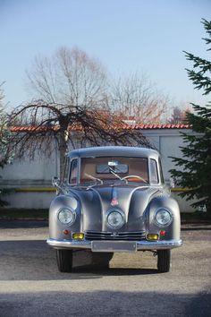 Dieser Wagen ist nicht nur wunderschön, sondern auch ein technisches Wunderwerk: Der Tatra 87 kam 1937 als Nachfolger des Tatra 77A auf den Markt. Das neuere Modell lässt sich von dem Vorgängermodell an dem mittig angebrachten Scheinwerfer unterscheiden.