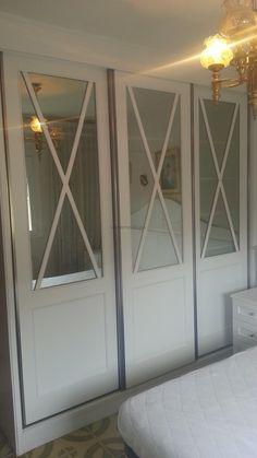Puertas de armario con aspas y espejo Accent Wall Bedroom, House, Interior, Home Decor, Closet Organization, Bedroom Wall, Closet Doors, Room Divider, Interior Design