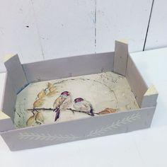 Buen lunes soleado!! qué tal comienzas la semana? Por el taller... pintando cajas de frutas... quedan tan monas!! Esta está pintada tono #paloma y decougape de pajaritos... #galeriapurpura #tiendataller #chalkpaint #anniesloan #anniesloanstockist #disfrutando #diy #cursosytalleres #craft #mueblespintados #mueblesrecuperados #restauracion #reciclaje #tiendasconencanto #vitoriagasteiz #chalkpaintpaisvasco