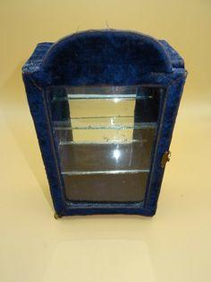Historismus Gründerzeit Miniatur Puppen Vitrine Samt Glas um 1880 - 1900 Display Case, Antique Toys, Miniature, Velvet, Puppets, Glass