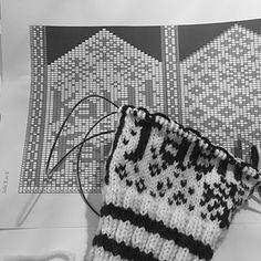 Ravelry: Kaldt som Faen Votter pattern by Ingeborg Rushfeldt Meirud Wrist Warmers, Mittens, Tatting, Knitwear, Knit Crochet, Ravelry, Breien, Fingerless Mitts, Wristlets