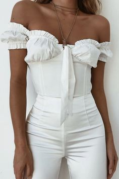 All white. White bustier top, high waisted white trousers, white off the shoulder top. White Bustier Top, Mode Ootd, All White Outfit, White Outfit Party, White Outfits For Women, Inspiration Mode, Fashion Inspiration, Estilo Fashion, Pinterest Fashion