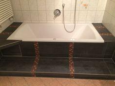 Alte Badewanne raus, neue wieder rein. Obwohl diese bereits schon im Mietshaus vorher eingebaut war!
