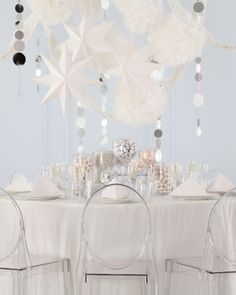 Love the table streamers! Use a variety of shapes to make a classy theme