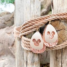These are rose gold double layer teardrop shape earrings! The bottom layer is a … These are rose gold double Diy Leather Earrings, Leather Jewelry, Leather Craft, Gold Leather, Custom Leather, Leather Tooling, Handmade Leather, Leather Bags, Teardrop Earrings