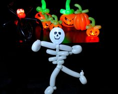 We put some orange & white LED Party Dots™ in some balloon art and created the perfect Halloween do-it-yourself LED décor! Pumpkins and skulls and spiders, oh my!