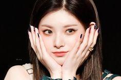 Korean Beauty Girls, Kpop Aesthetic, Ulzzang, Makeup Tips, Make Up, Female, Kpop Groups, Angel, Snow