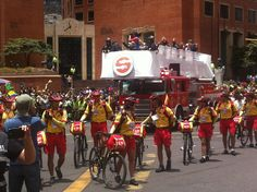 el carro de bomberos con los #Guardianes de la #CicloviaBogota  en la #CarreraSeptima con #Calle72