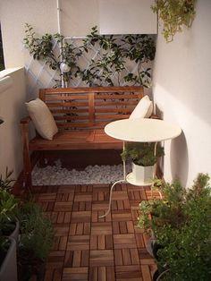 Um canto apertado, mas gostosinho, prateleiras para cuidar das plantas, manta, almofadas, mesinhas e plantas no guarda-corpo