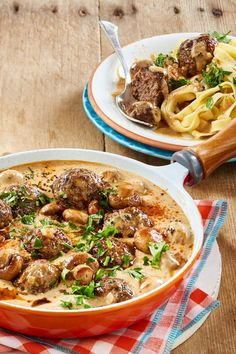 Pasta with mushroom sauce and meatballs - Nudeln mit Pilzsoße und Hackbällchen In just 30 minutes, the fast with delicious # mushroom sauce are on the table! Mushroom Pasta, Mushroom Sauce, Mushroom Recipes, Hamburger Meat Recipes, Meatball Recipes, Sausage Recipes, Grilling Recipes, Seafood Recipes, Pasta Recipes