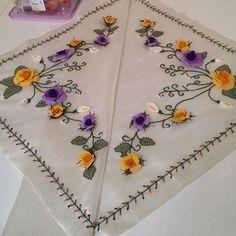 Fotoğraf açıklaması yok. Ribbon Embroidery, Cross Stitch Embroidery, Brazilian Embroidery, Machine Embroidery Patterns, Tableware, Salons, Towel, Embroidered Towels, Craft