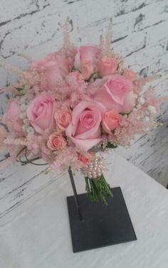 Romantico ramo con rosas,astilbe.....