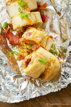 Bacon Cheddar Garlic Bread is loaded with fresh garlic, cheese & bacon. It's easy to make and is the perfect side or appetizer! Light Appetizers, Appetizers For A Crowd, Bacon Appetizers, Appetizer Recipes, Dinner Recipes, Vegetarian Appetizers, Vinaigrette, Food Dishes, Side Dishes