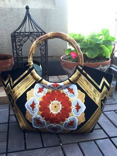 This gorgeous Obi turned to a beautiful granny bag! True [One Of A Kind] item! This granny bag is going to be very eye catchy item for you! Kimono Fabric, Fabric Bags, Handmade Clutch, Handmade Bags, Japan Bag, Ethnic Bag, Frame Purse, Diy Purse, Patchwork Bags