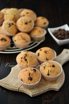 Recipe for muffins with chocolate pieces. Juicy, soft, delicious muffins with chocolate pieces. A muffin classic, not only very popular with children. They are crispy on the outside and airy on the in Cuban Recipes, Dutch Recipes, Russian Recipes, Muffin Recipes, Baking Recipes, Cake Recipes, Russian Dishes, Ginger Bread Cookies Recipe, Cupcake Recipes