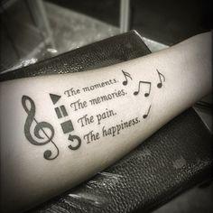 tipos de letras para tatuajes, tatuaje en el antebrazo para hombre, frases en cursiva, signos play, pause, stop, notas musicales
