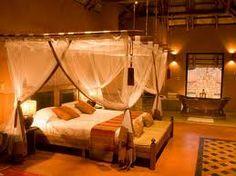 Habitación doble, con una decoración oriental donde los colores cálidos típicos de la decoración oriental combinan a la perfección con una luz ámbar dando sensación de relajación.