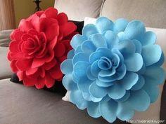 ¡Consigue un bonito cojín de flores de fieltro así de bonito! Una enorme flor que llamará la atención en tu salón o habitación y te encantará.