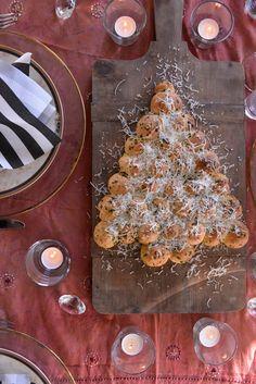 Dette brødet, formet som et juletre, passer perfekt til julefesten, enten før jul eller i romjula. Dette urtebrødet, eller kanskje man heller skulle kalle det urterundstykker, er alltid kjempepopulært og blir borte på et blunk. Her får du oppskriften: Julebrød med smak av urter Oppskriften gir tre julebrød 200 g smør 1 liter lettmelk 50 … Noel Christmas, Pepperoni, Tapas, Pizza, Baking, Food, Kitchens, Bakken, Essen