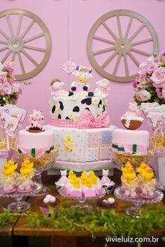 Todos os detalhes da festa Fazendinha Rosa.  Vivi, muito obrigada pelas fotos, amei tudo, a caixinha, a sacolinha... tudo tão fofo e delica... Cow Birthday Parties, Baby Girl Birthday Theme, Farm Animal Birthday, Cowgirl Birthday, Cowgirl Party, Farm Birthday, Theme Parties, Farm Themed Party, Farm Party