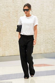 Victoria Beckham looks chic in tailored trousers in New York - High-flier: Victoria Beckham was back to her bare-faced best on Wednesday, as showcased her natura - Estilo Fashion, Look Fashion, Ideias Fashion, Fashion Outfits, Victoria Beckham Outfits, Victoria Beckham Style, Victoria Beckham Fashion, Looks Chic, Looks Style