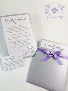 """Invitaciones para """"Lizeth&Sergio"""" Diseño en sobre de bolsita en papel con textura plata, adornada con un moño de color lila. Tarjeta interior en dos tintas."""