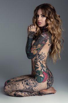 Szeretjük a Tattoodo blogot, mert ott mindig találunk olyan cikkeket és képeket, amiktől leesik az állunk. Legutóbb egy olyan összeállításra lettünk náluk figyelmesek, amiben azt szedték össze az oldal szerkesztői, hogy szerintük melyek a legszexibb női testrészek, ahová a csajok tetováltathatnak. Már mutatjuk is, mire jutottak. Kulcscsont Szegycsont A csukló külső része A nyak hátsó része Gerinc Teljes háttetkó Combok Mellek oldalsó része Karok Mindenütt Forrás: blog.tattoodo.com