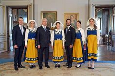 STO10. Stockholm (Sweden), 06/06/2015.- (L-R) Swedish Prince Daniel, Crown Princess Victoria, King Carl Gustaf, Queen Silvia, Prince Carl Philip, his fiancee Sofia Hellqvist and Princess Madeleine pose during a reception at the Royal Palace on occasion of the National Day of Sweden celebrations in Stockholm, Sweden, 06 June 2015. The wedding is scheduled for 13 June 2015. (Suecia, Estocolmo) EFE/EPA/SOEREN ANDERSSON /TT SWEDEN OUT
