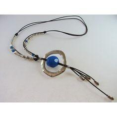 Collar de cuero con cuentas y aro de zamak y cuentas de resina azul.