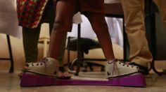 El innovador aparato para combatir el pie equino varo en niños - BBC Mundo
