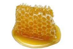 La miel natural es un alimento con notables propiedades curativas, en su estado puro sus beneficios para la salud (como su poder antibiótico) alcanzan su máximo poder. SIGUE LEYENDO EN: http://alimentosparacurar.com/n/227/la-miel-y-sus-propiedades-curativas.html