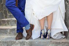 Algo azul para los novios   ¡Más inspiración aquí!  Bodas.com.mx 💕  📸 Dados Studio  #Wedding #bodas #weddingshoes
