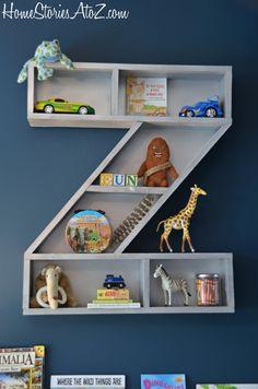 Que tal encomendar uma prateleira com a inicial do nome do seu filho para o quarto dele? Além de organizar, decora!