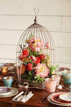 Precioso centro de mesa para bodas vintage y campestres con jaula decorada con flores. #CentroDeMesa