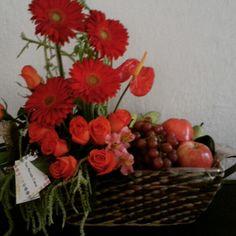 Canasta con flores y frutas