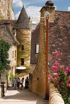 La Roque Gageac ~ Dordogne , France. Places Around The World, Travel Around The World, Around The Worlds, Camping Dordogne, Wonderful Places, Beautiful Places, Vila Medieval, La Roque Gageac, Places To Travel