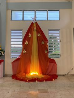Pentecostes, confirmación, confirmation, fuego, fire, palomas, doves Easter Altar Decorations, Christmas Window Decorations, Church Flower Arrangements, Church Flowers, Idees Cate, Catholic Altar, Church Candles, Church Stage Design, Church Banners