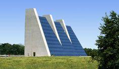 College Life Insurance Co., Indianápolis.  1967 - 1971  Tres pirámides de hormigón armado y cristal. Un proyecto que en un principio preveía la construcción de nueve torres. Los esculturales volúmenes de oficinas están conectados en superficie y a través de corredores subterráneos.