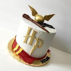 Harry Potter cake from Hidden Gem Cakes Dobby Harry Potter, Harry Potter Motto Party, Harry Potter Bday, Harry Potter Birthday Cake, Harry Potter Food, Harry Potter Wedding, Gem Cake, 9th Birthday Cake, Anniversaire Harry Potter