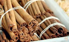 La cannella è una spezia aromatica, ricca di gusto e proprietà terapeutiche. Vediamo in dettaglio i benefici e le controindicazioni della cannella.