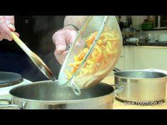 Cees Holtkamp maakt geconfijte sinaasappelschillen - YouTube